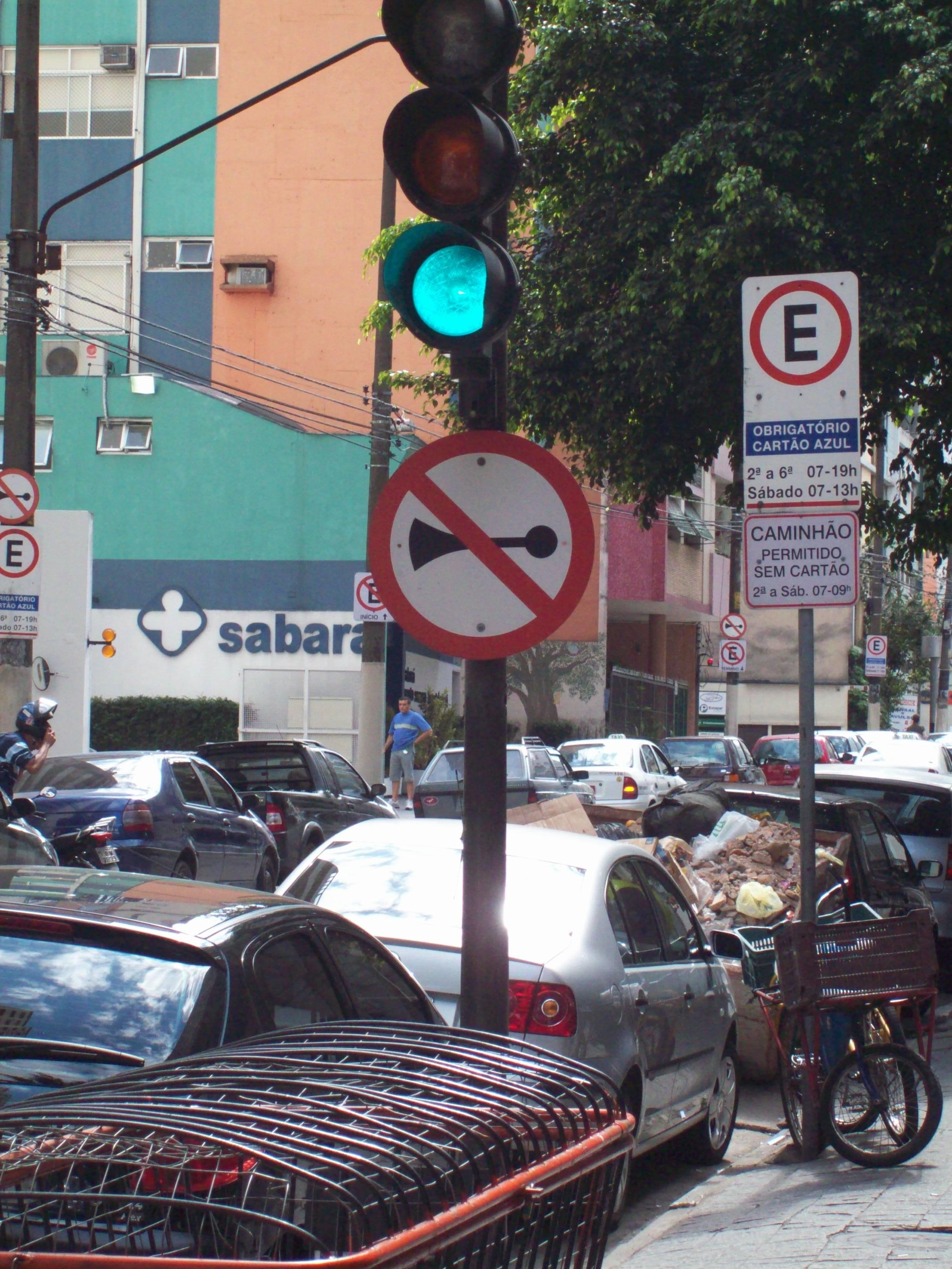 São Paulo, uma das cidade de milhares de habitantes. Com um dos maiores trânsitos da América Latina, como uma placa de proibido buzinar pode funcionar?