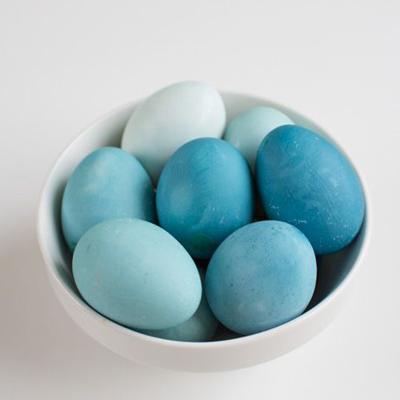 Cabbage-dyed eggs via kaleyann.com