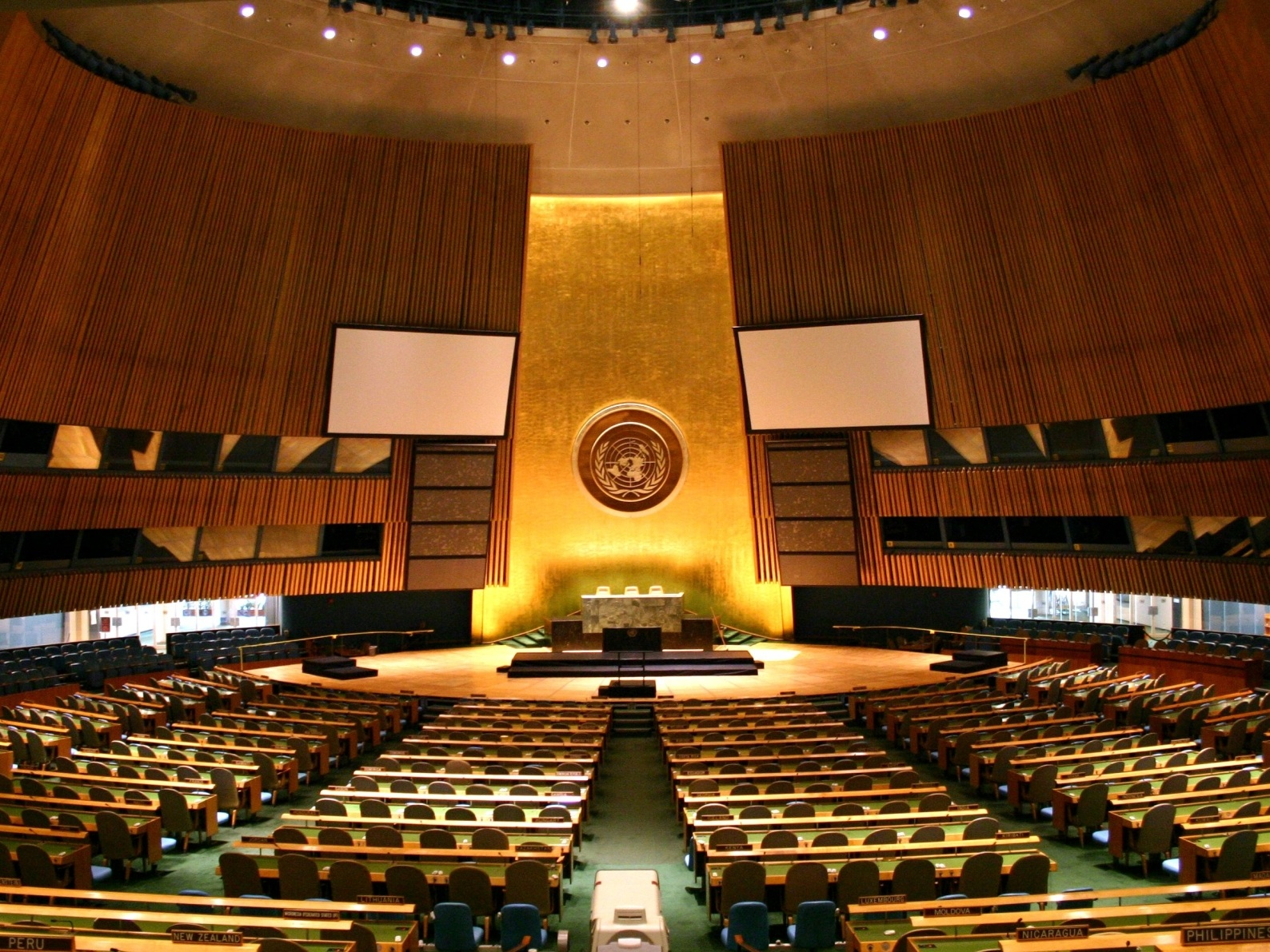 UN General Assembly Hall (via  Wikimedia Commons )