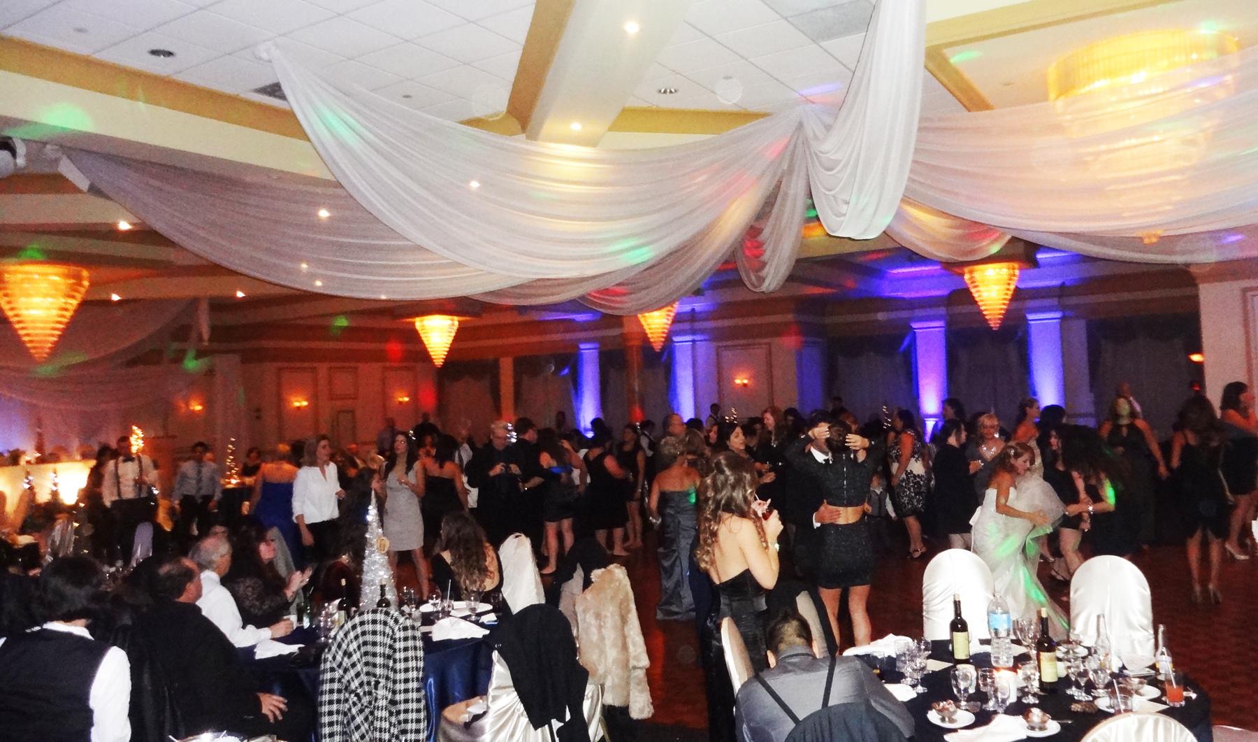packed dance floor wedding Del Vinyl Premier Place.jpg