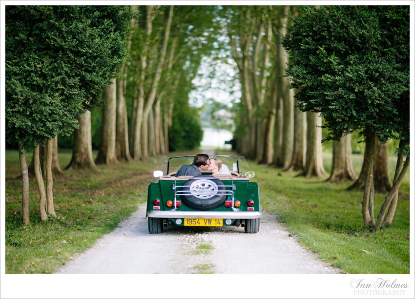 couple kissing in a morgan