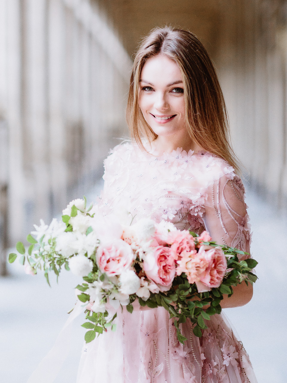 stunning-bride-with-bouquet-paris.jpg