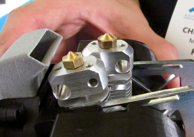 The FELIX Pro 1 can swing the unused extruder out of the toolpath