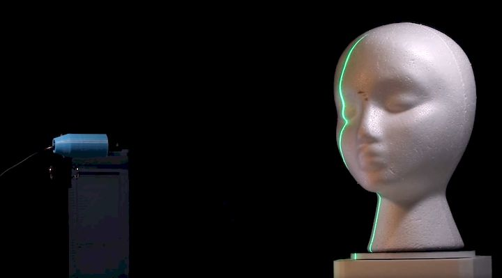 The Phiz 3D scanner lighting up an object with its laser [Source: KIRI Innovation]