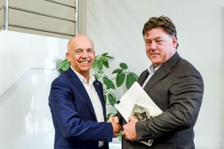 AdditiveNow Managing Director John Bolto makes a deal with Aurora Labs CEO David Budge [Source: Aurora Labs]