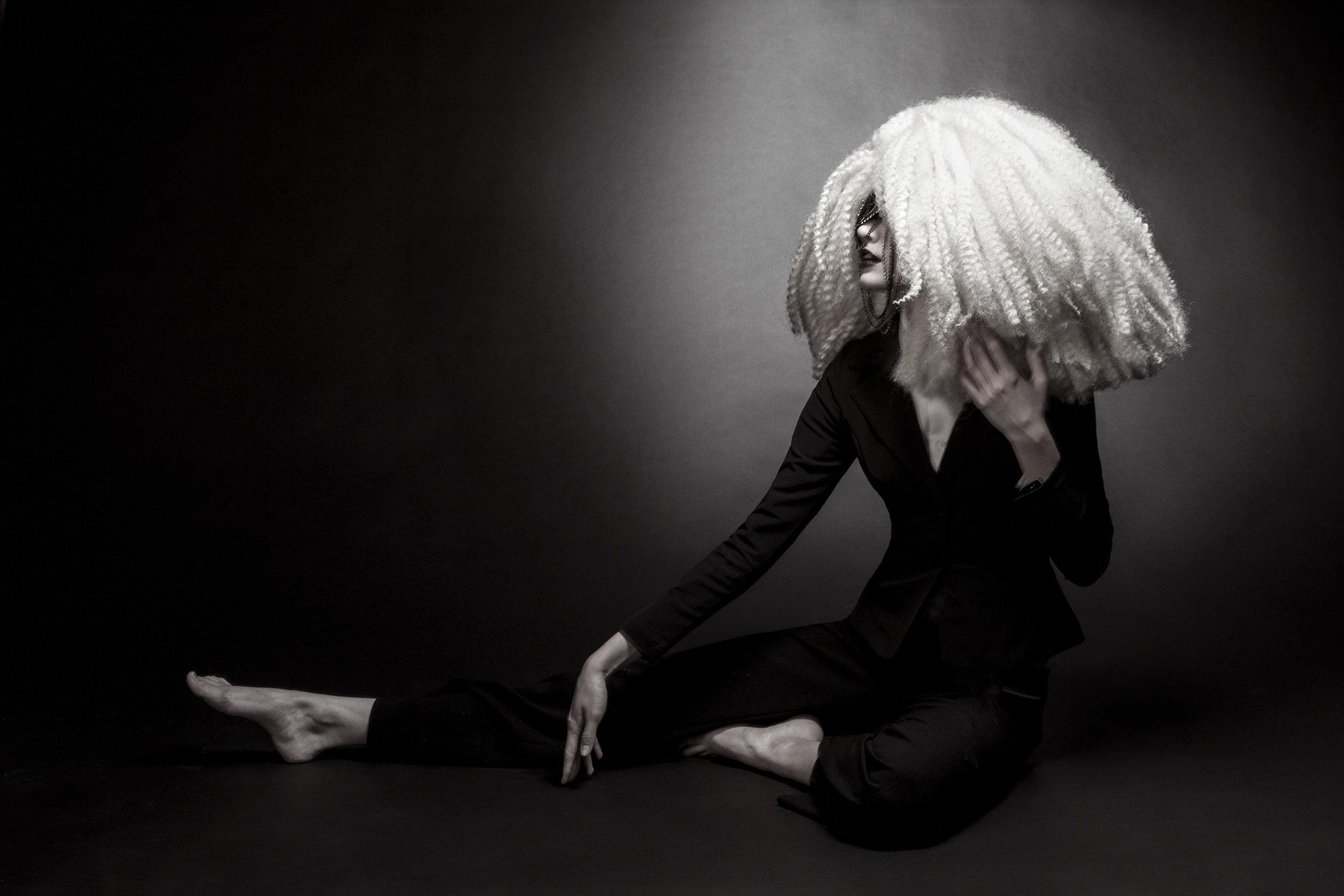 fashion-edgy-editorial-dark-gothic-bighair-platinum-blonde-moody-leather-sleek-black-beuty-hombre-makeup-redlip02.jpg