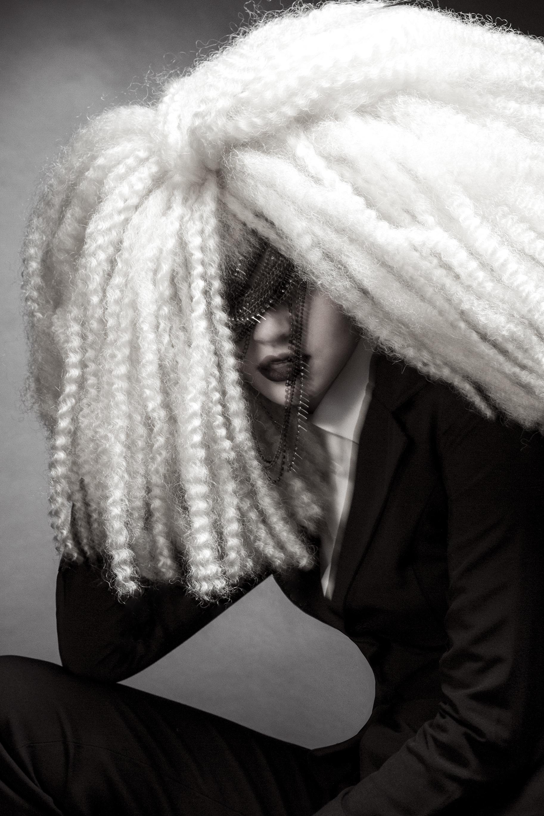 fashion-edgy-editorial-dark-gothic-bighair-platinum-blonde-moody-leather-sleek-black-beuty-hombre-makeup-redlip01.jpg