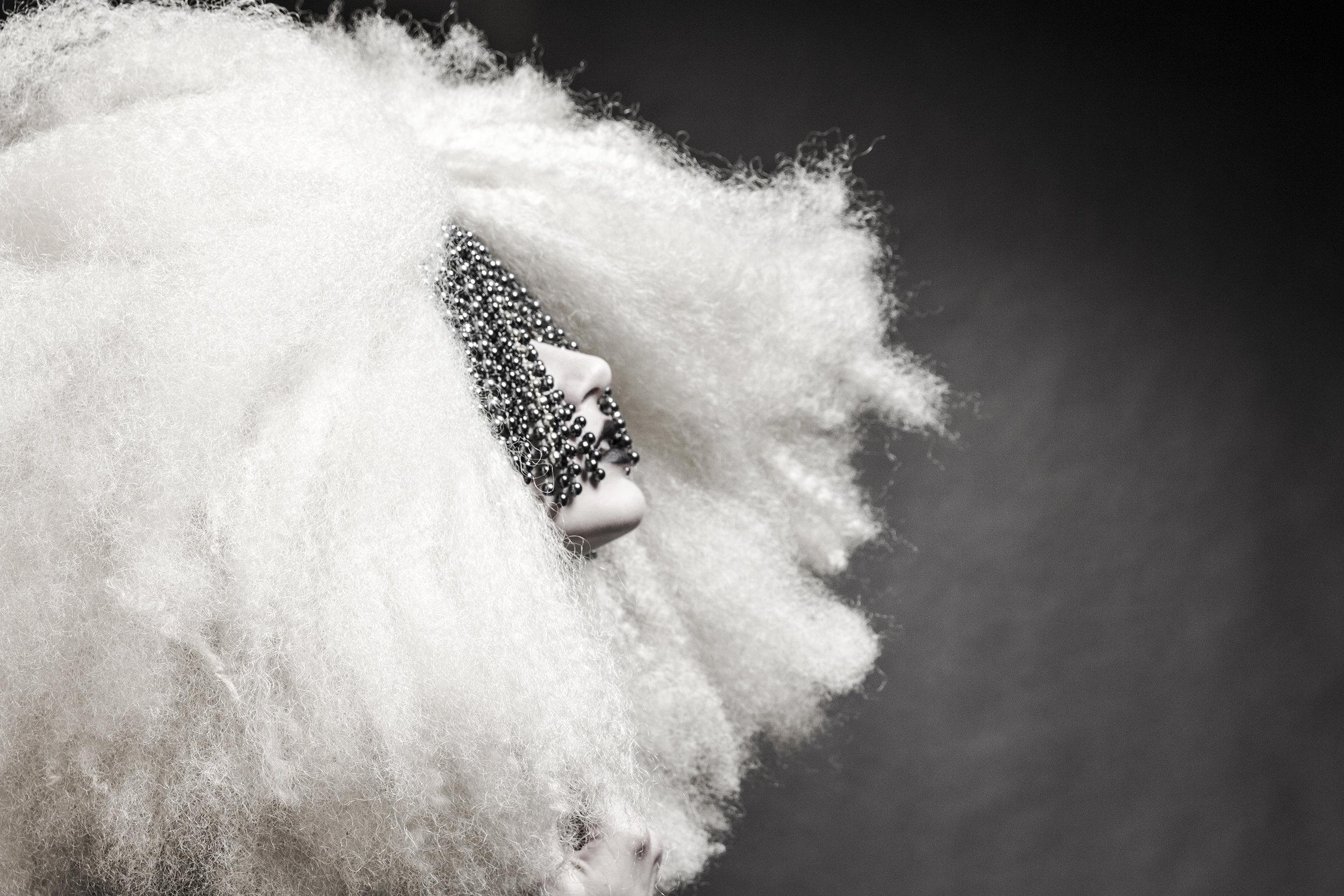 fashion-edgy-editorial-dark-gothic-bighair-platinum-blonde-moody-leather-sleek-black-beuty-hombre-makeup-redlip03.jpg