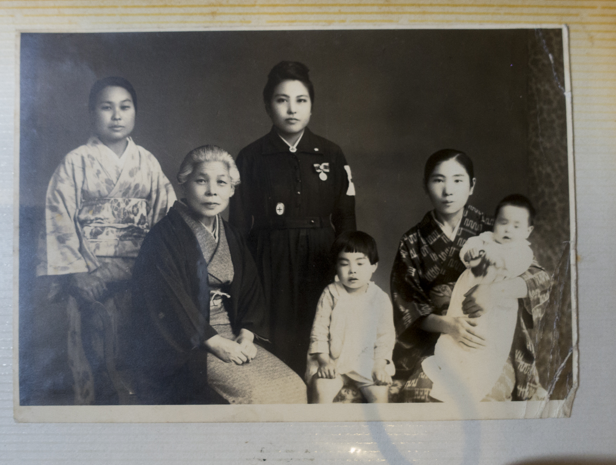 若き頃の花子おばちゃん、きれい。左から3番目