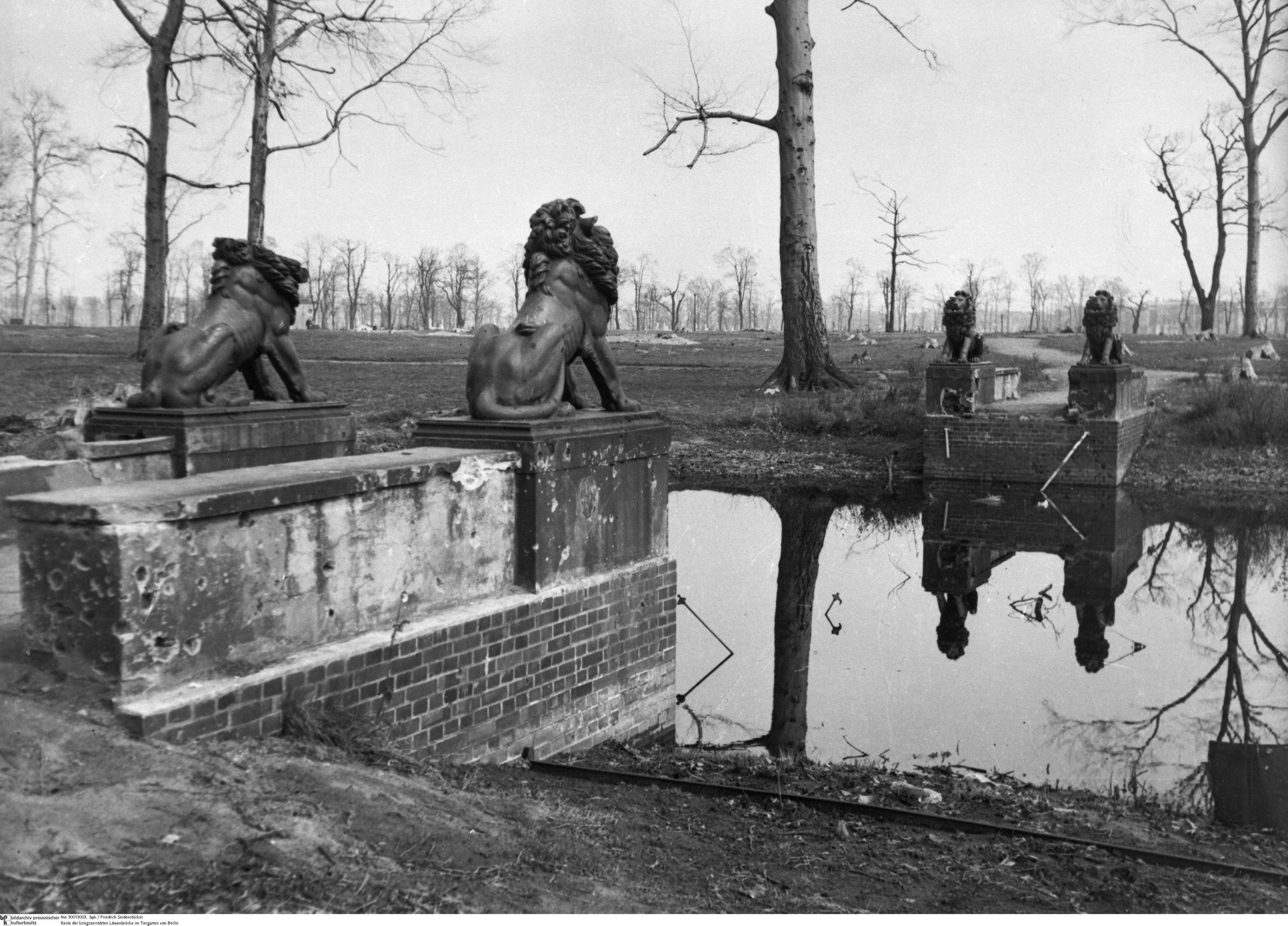 Friedrich Seidenstücker, Reste der kriegzerstörten Löwenbrücke im Tiergarten von Berlin, 1946. bpk, Berlin.