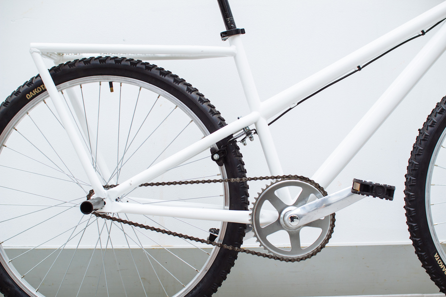 The downhill style frame makes the overall frame more masculine