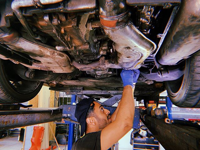 Hey Sean, take a photo and make me look like I actually know what I'm doing here! #happyplace * * #964 #diy #porscheclassic #flatsix #service #porsche #911 #garage