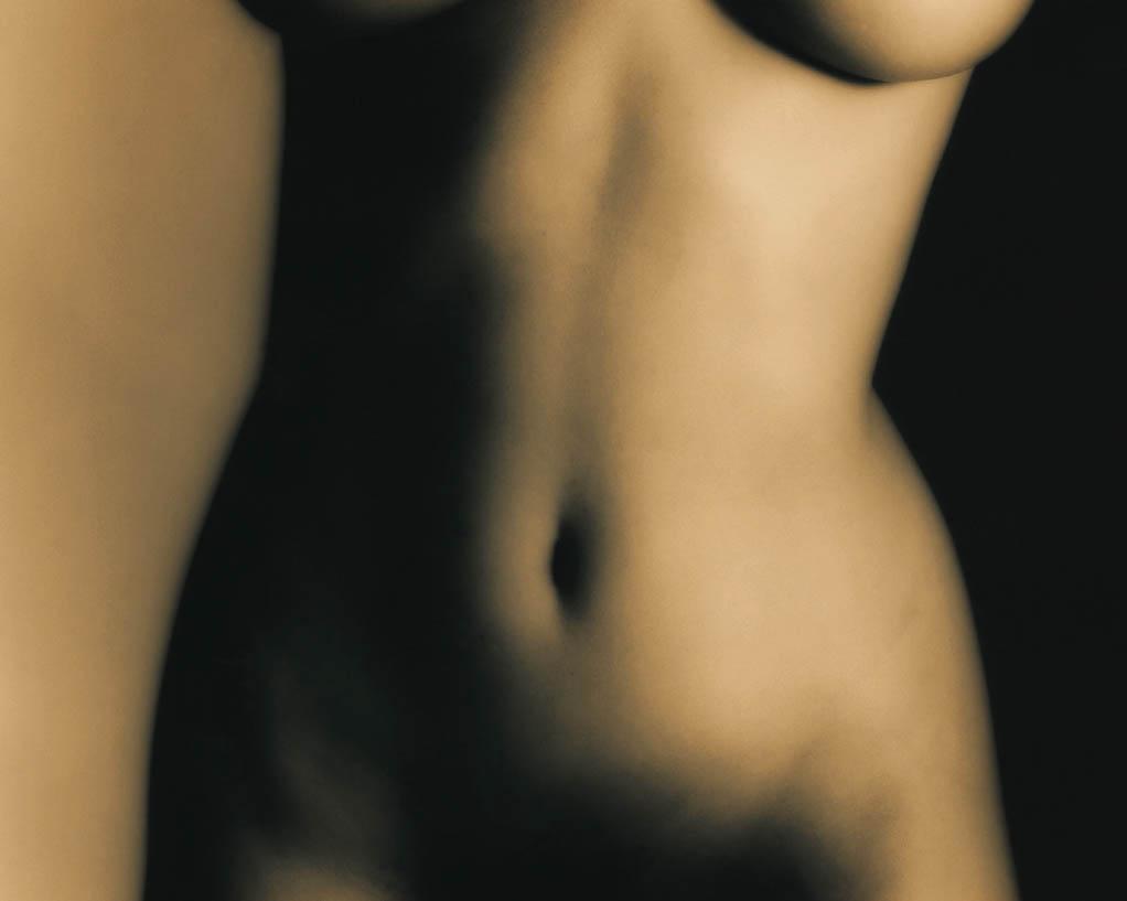 La graisse superficielle du ventre est aspirée lors de la liposuccion