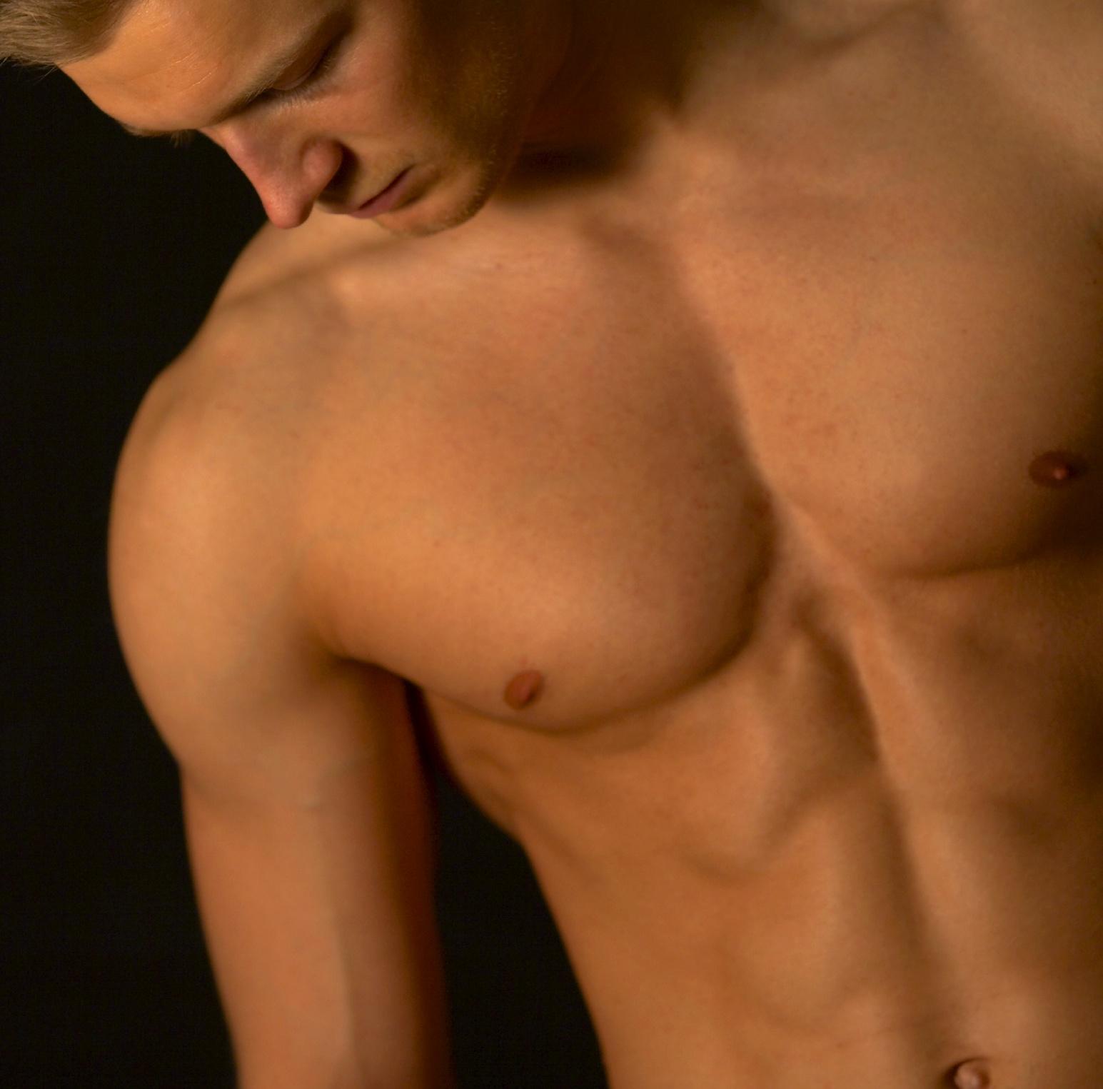 La liposuccion et le lipofilling pour redessiner les pectoraux et les abdominaux