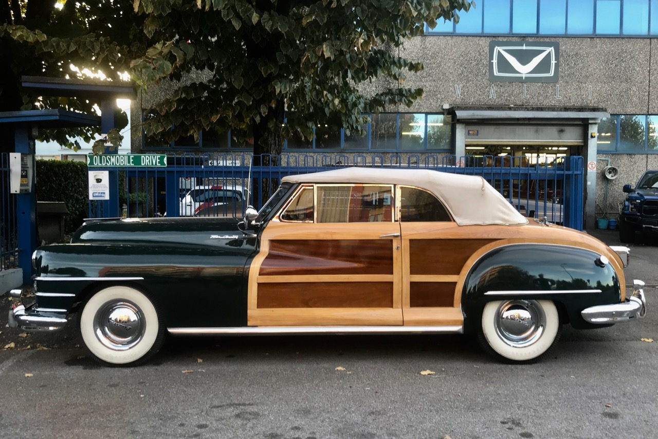 1947 Chrysler Town and Country VALLIstore esterno.jpg