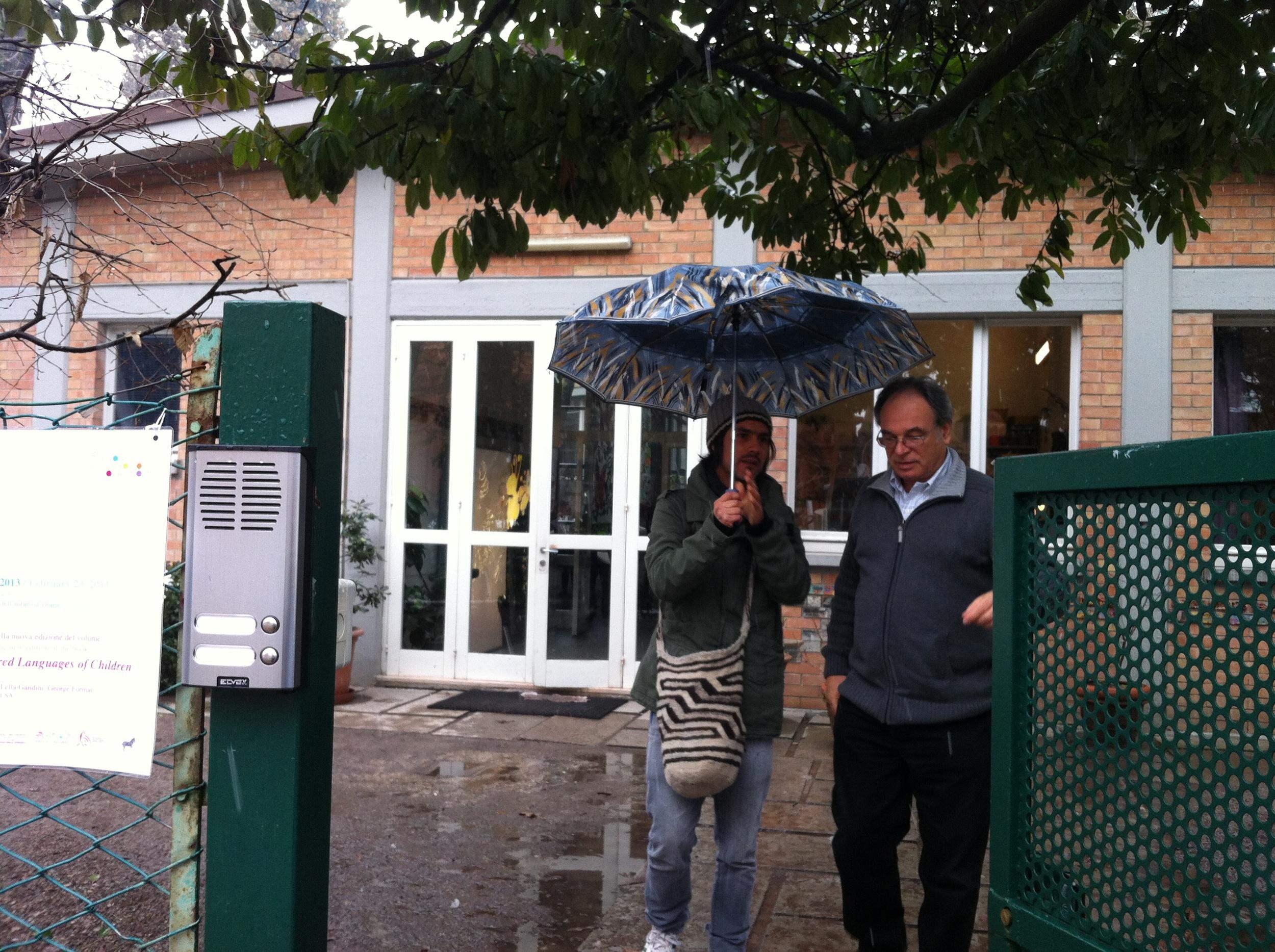 Juan y Carlos en la entrada de la Escuela Diana