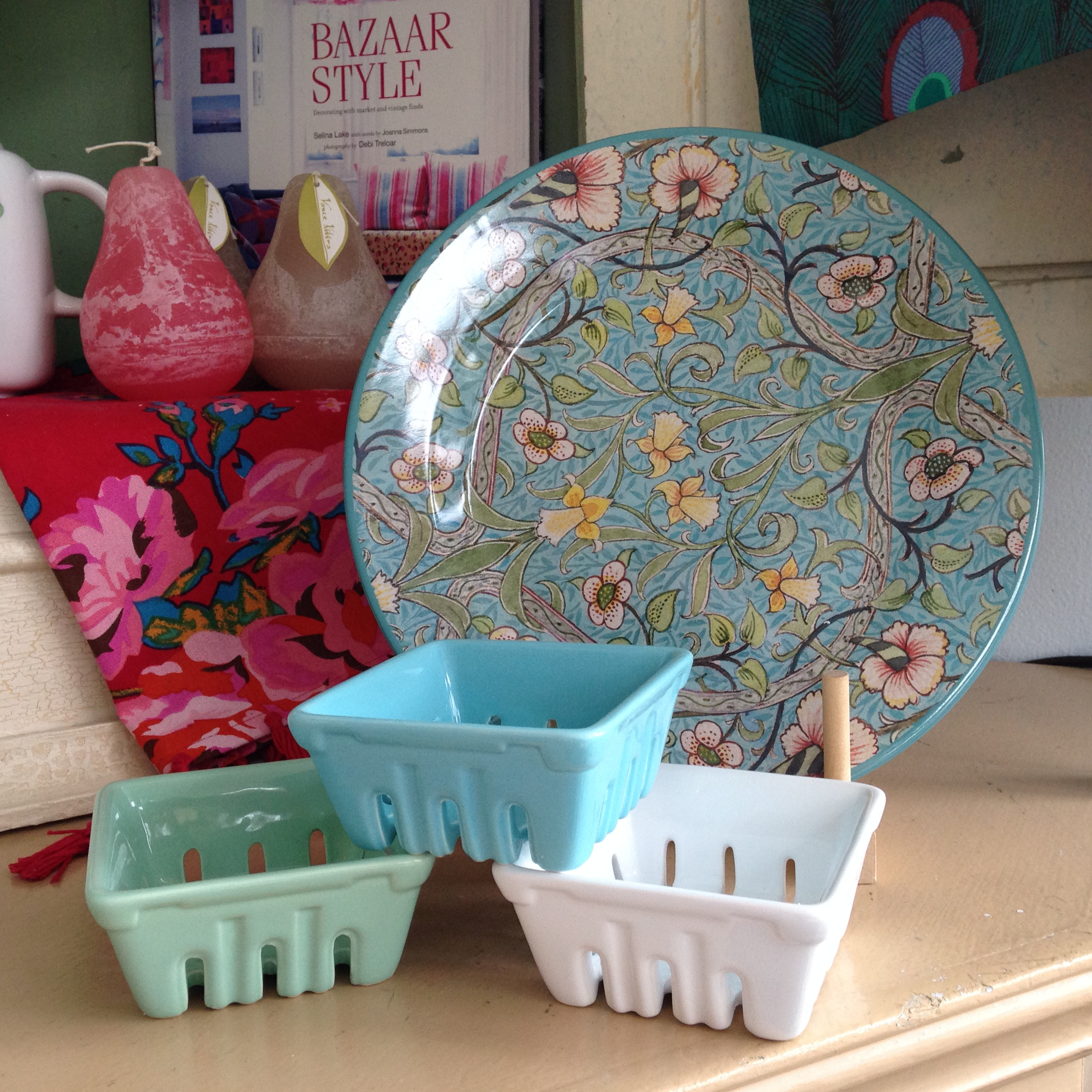 Flowered patterned tin plates + berry containers in green, blue and white