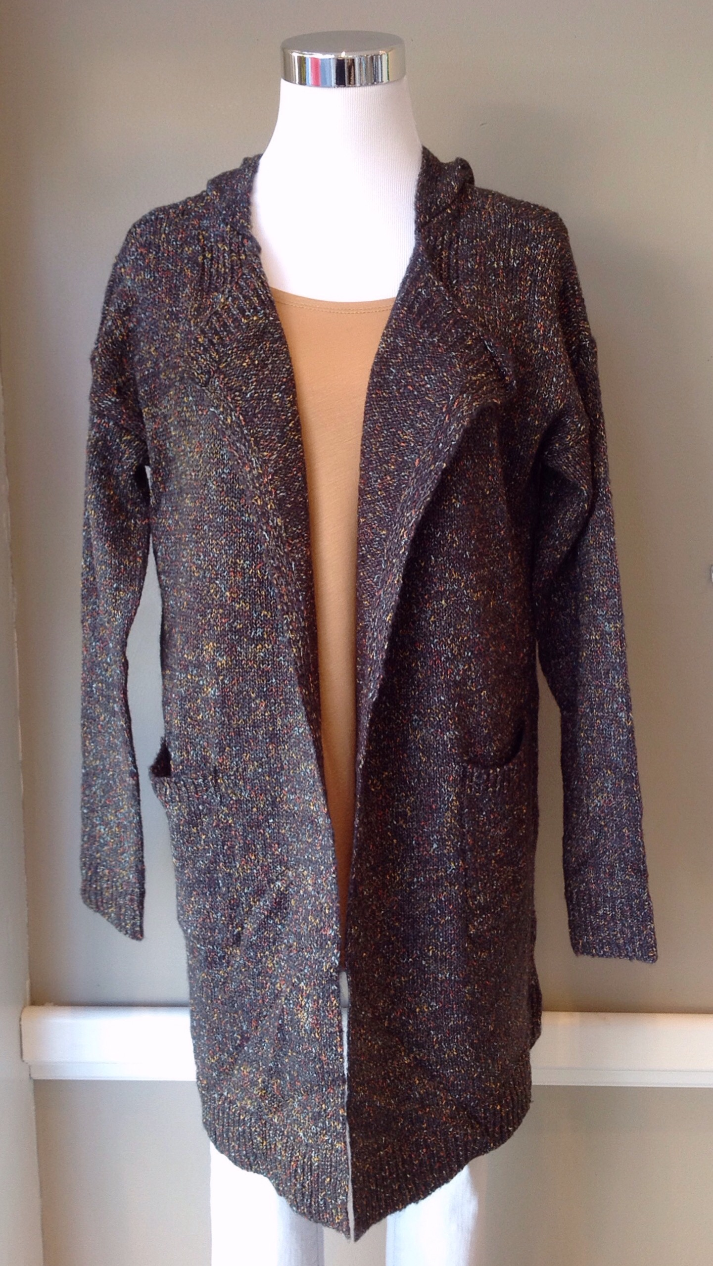 Long confetti cardigan with side pockets and hood, in grey/mult.
