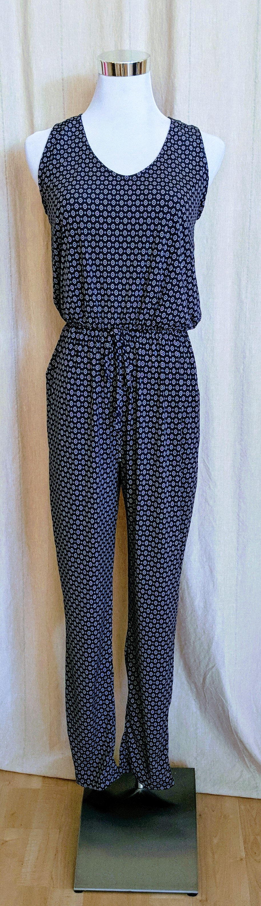 Navy jumpsuit with key hole detail on back and pockets.
