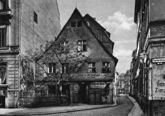 A picturesque image of Zum Nußbaum in it's old location in Lichtenberg, before being rebuilt in the Nikolaiviertel.