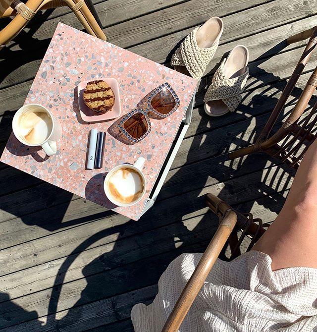 TVÅ NYA 🌻 - Njuter till fullo av en ledig dag (kaffe och kaka med min tantbuddy @corneliagranslett ). Måste bara visa upp två roliga nyheter (swipe för inzoomning 👉🏻). - 🌺 @lindahallbergcosmetics fantastick lipstick i koralldrömmiga färgen 'I die'. Finns live på läpparna i stories just nu. - 🌾 @randcosweden brow gel (!!!). Jag gillar verkligen deras hårprodukter men hade inte en susning om att de har gjort en transparent bryngel?! Som är både cruelty free och vegansk! Ska testköra first thing tomorrow.