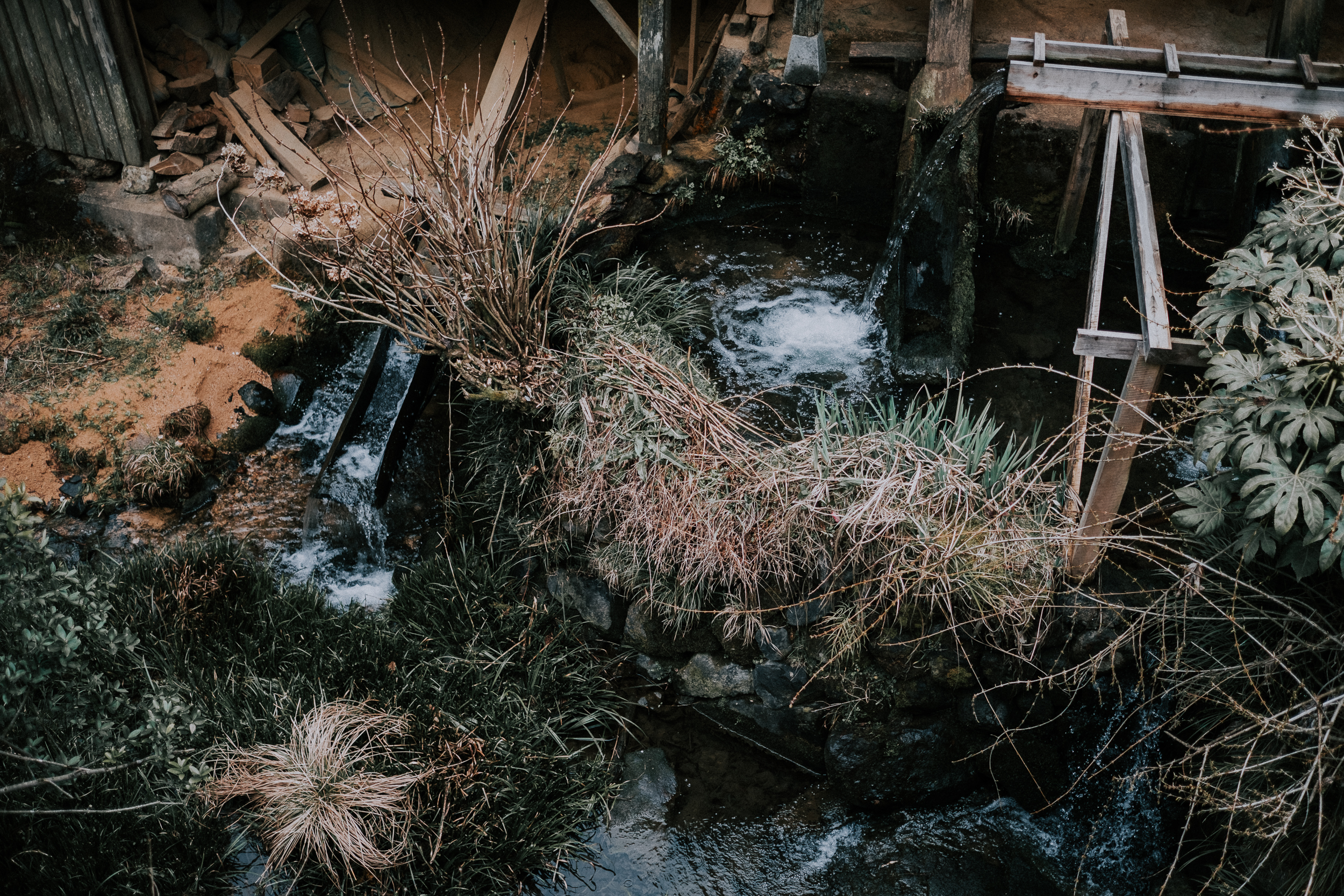 Bamboo channels water through the village to kara-usu grinders.