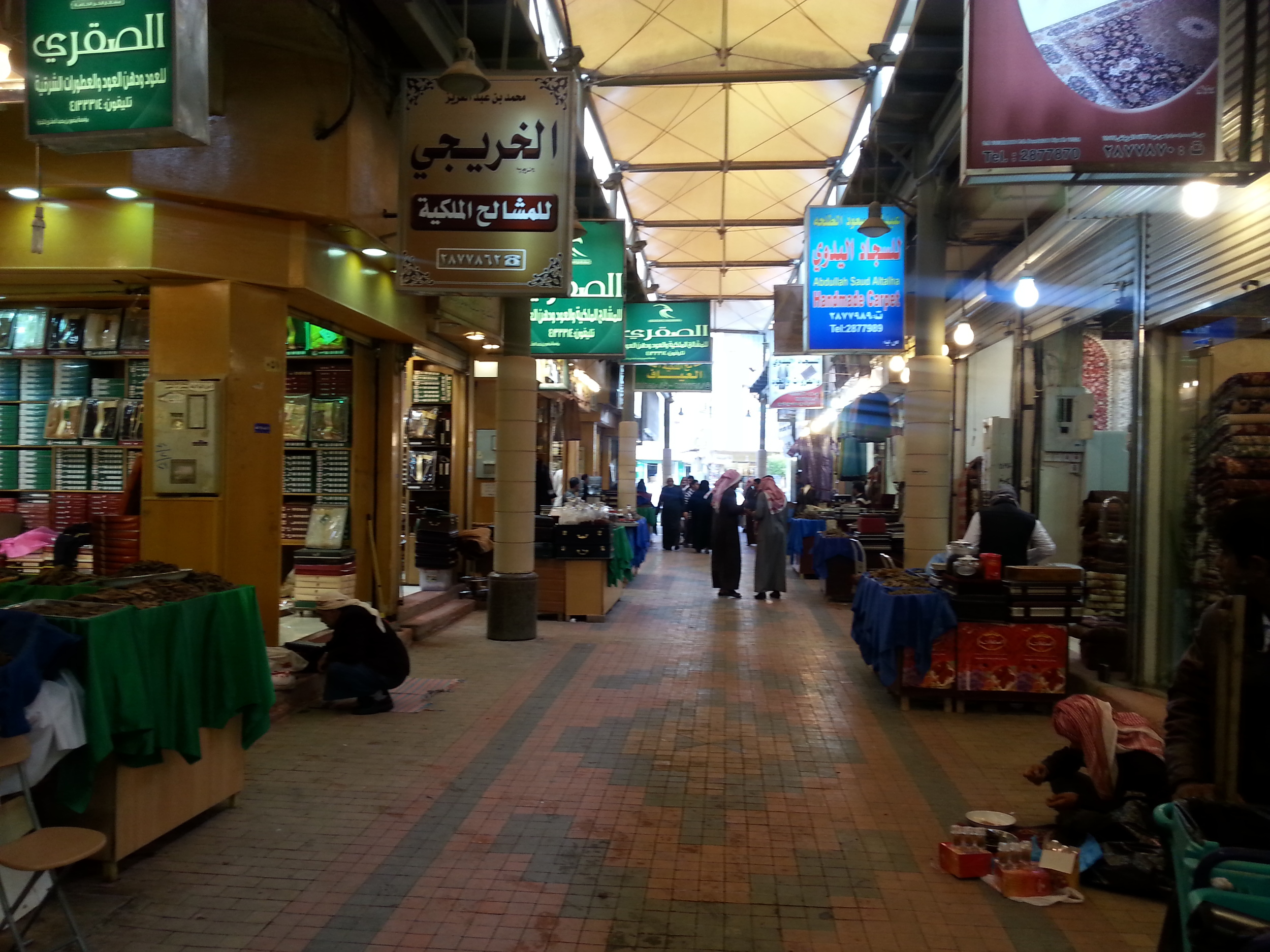 Outside the historical center are old souks where gold, jewelry, watches, carpets, oudh (incense), and traditional Arabic garb are sold.
