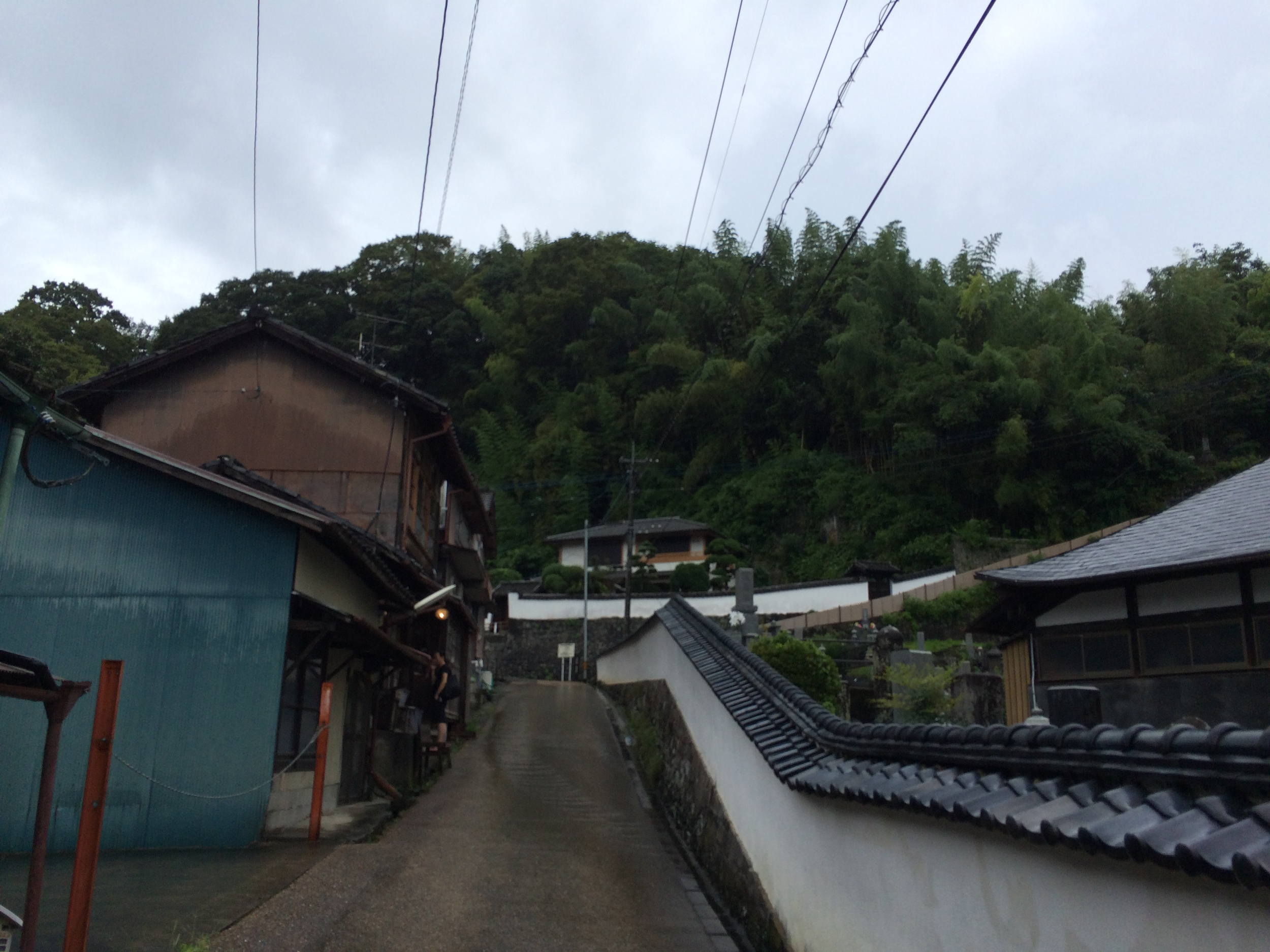 Another shot of the house we're showing in (on the left).  このような通りの上に展示会場になる家があります。
