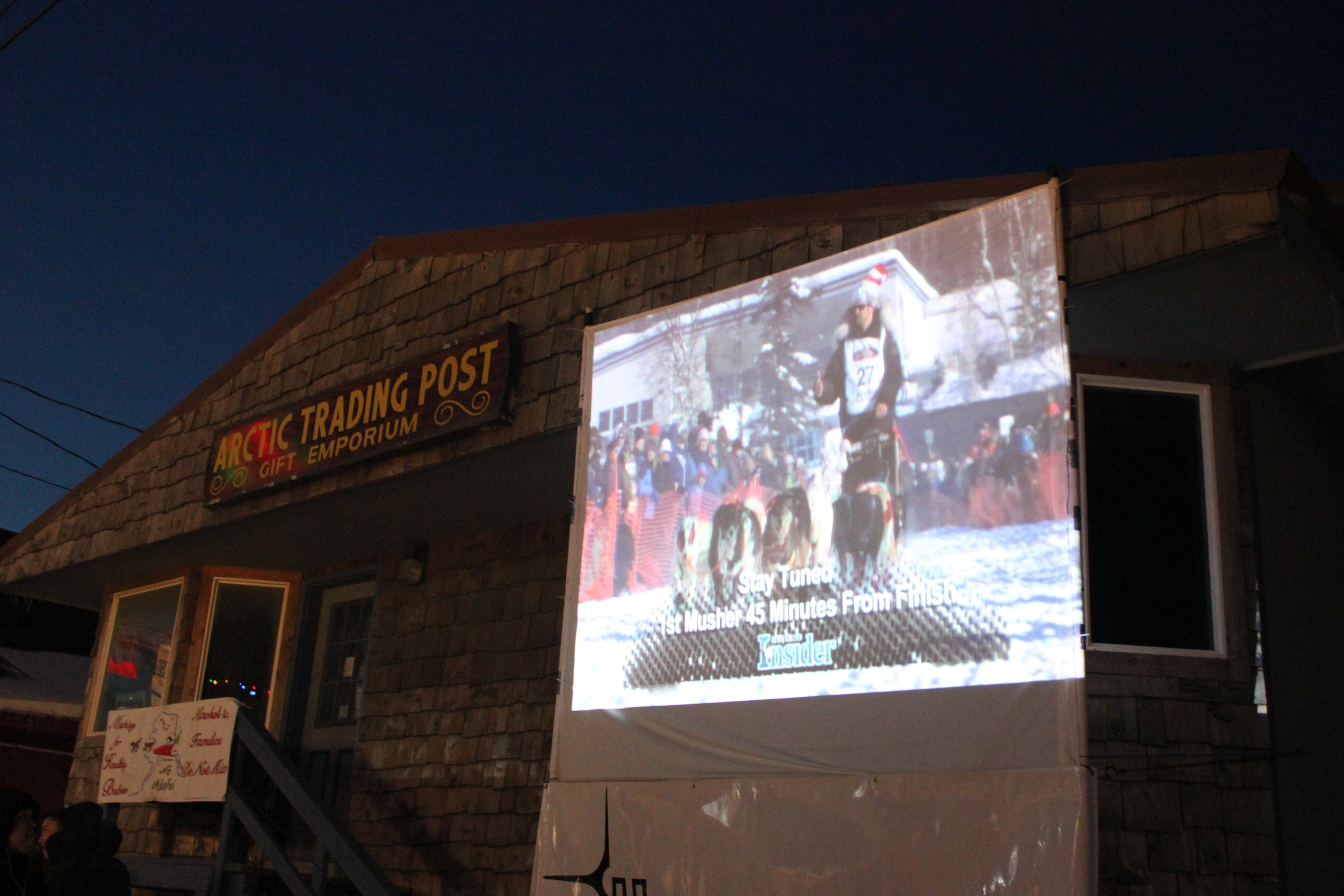 A large outdoor screen projected the arrival time of the first musher.