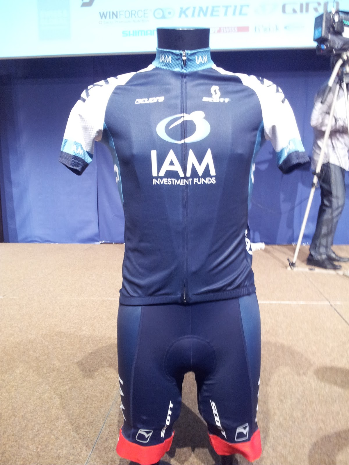 The Team IAM Cycling kit. I really like the colors! (photo by Guillaume Boillot)