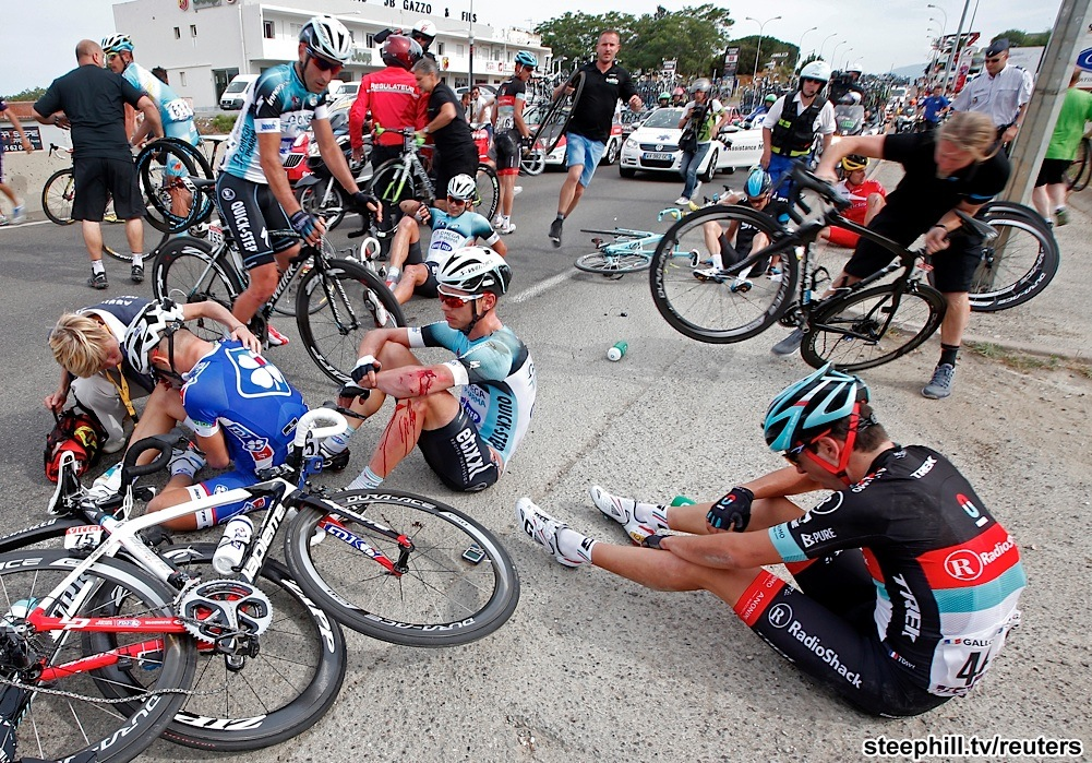 The big crash before finish took down both Mark Cavendish and Peter Sagan (picture from www.steephill.tv)