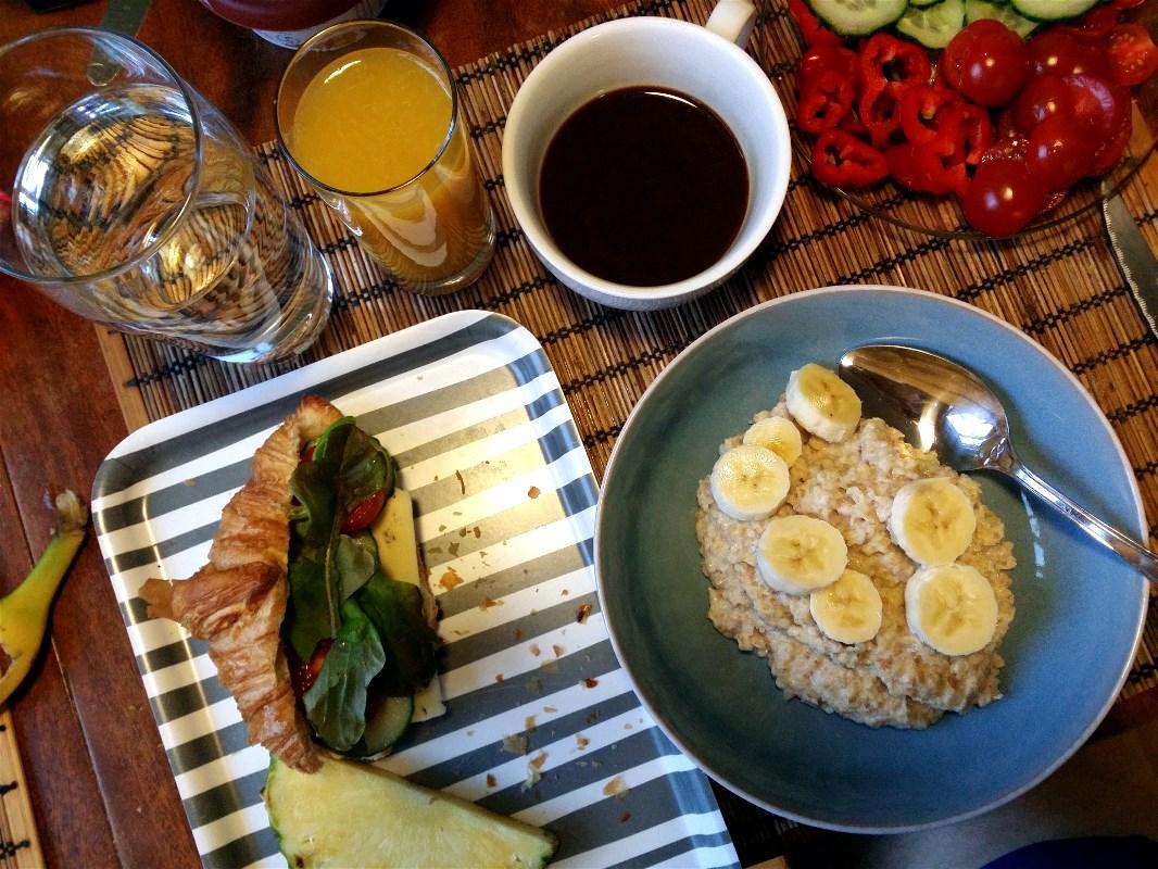 Porridge, coffee, croissant, banana... Proper energy
