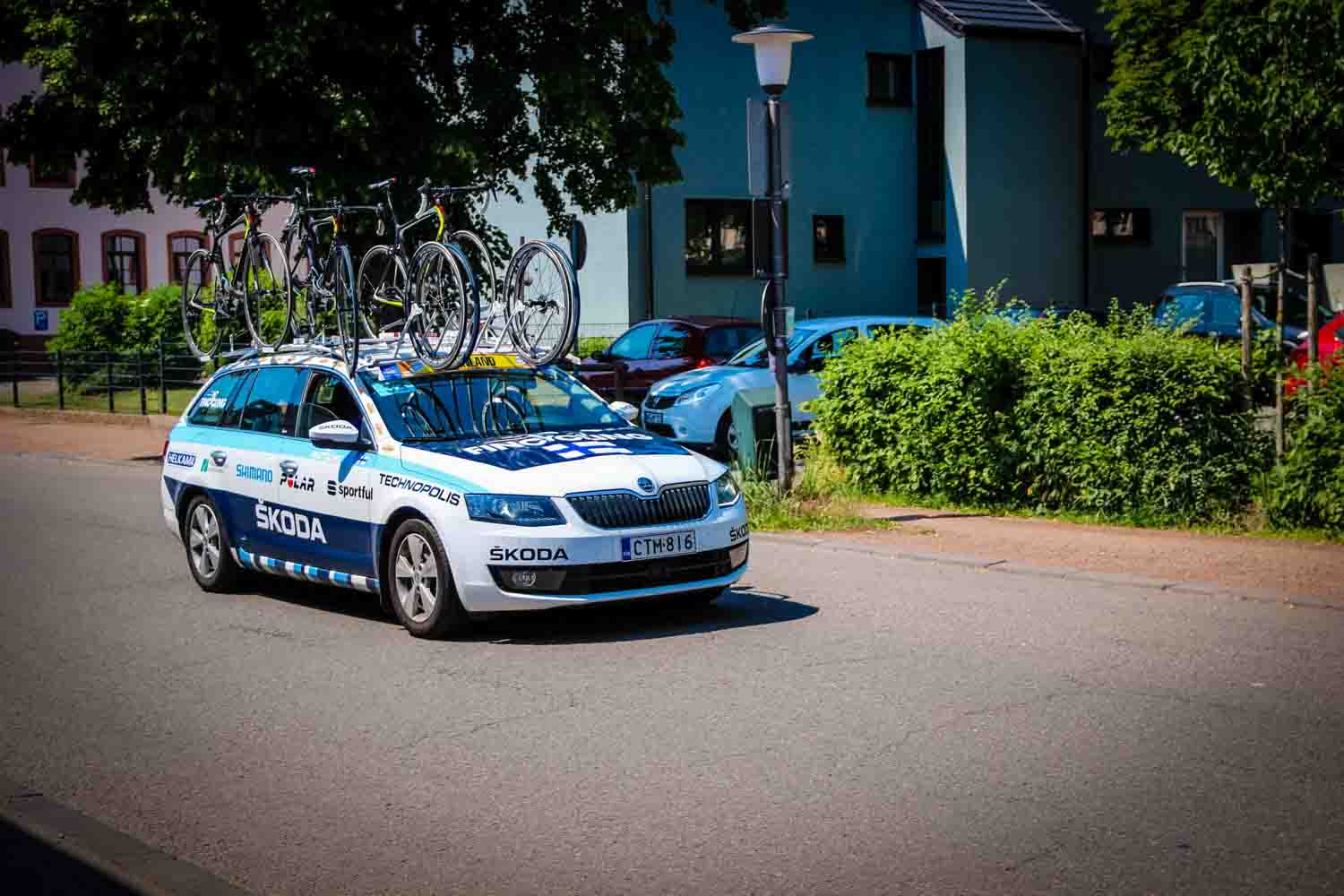 Toomas and Pera following the peloton in the team car