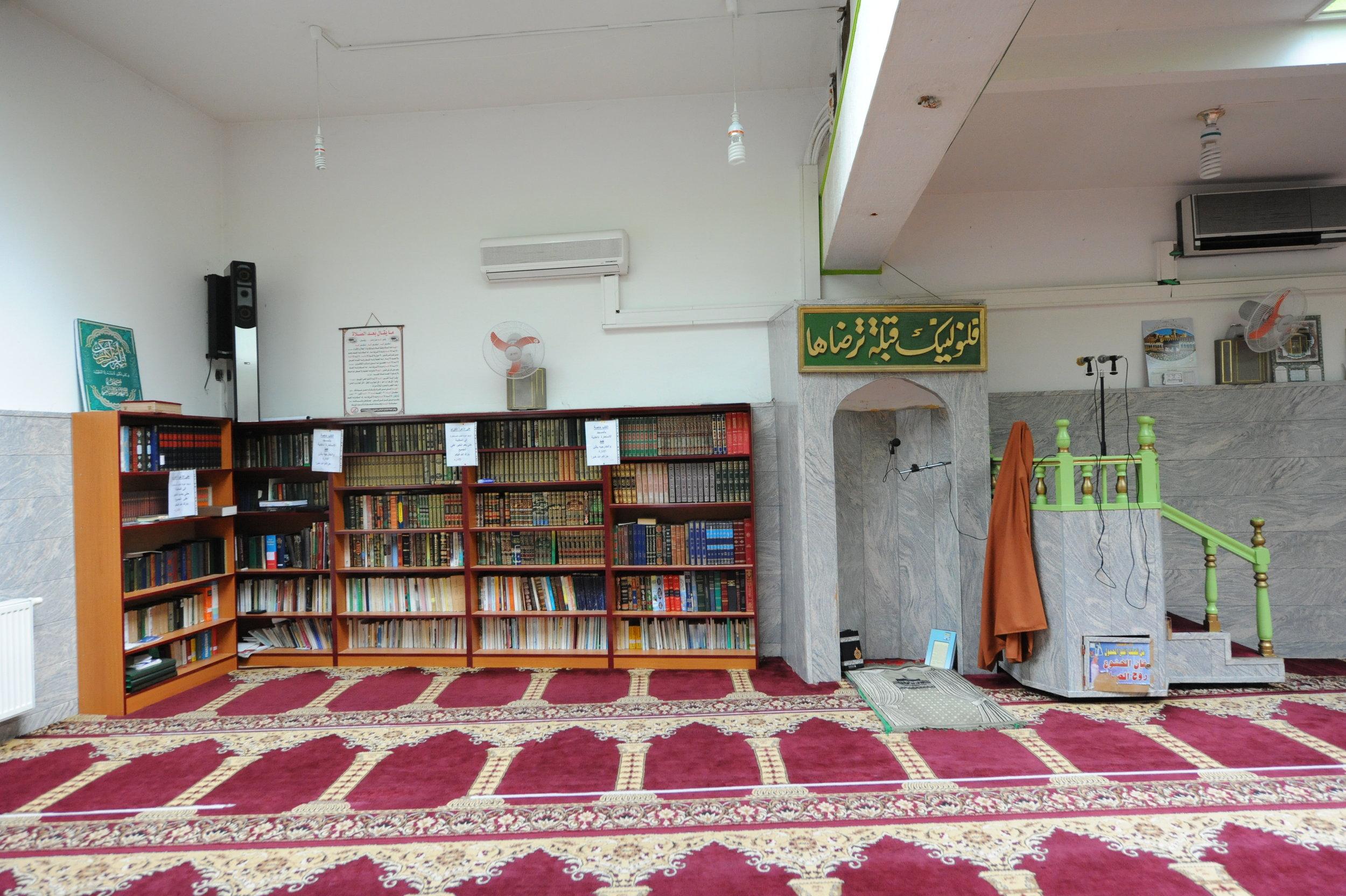 Moscheestile unterscheiden sich sehr nach dem ethnischen Hintergrund der Moschee. Das ist eine ägyptische Moschee, die von ehemaligen ägyptischen Gastarbeiter gegründet wurde. Neben religiösen Praktiken finden hier auch Deutschkurse, Arabischunterricht und Sportkurse statt.FOTOCREDIT: AsMA AIAD