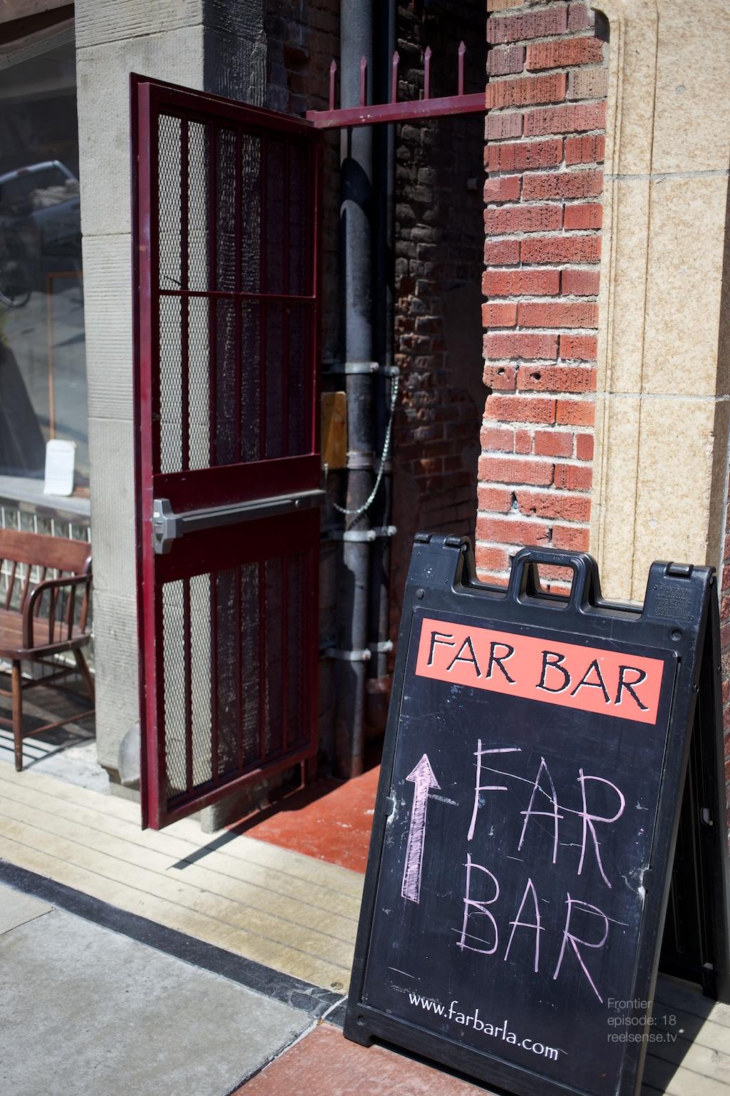 Little Tokyo - Far bar - Entrance between buildings