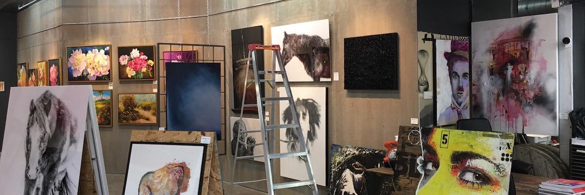 En cours d'accrochage de l'une de mes œuvres à la galerie le HangArt Saint-Denis à Montréal.