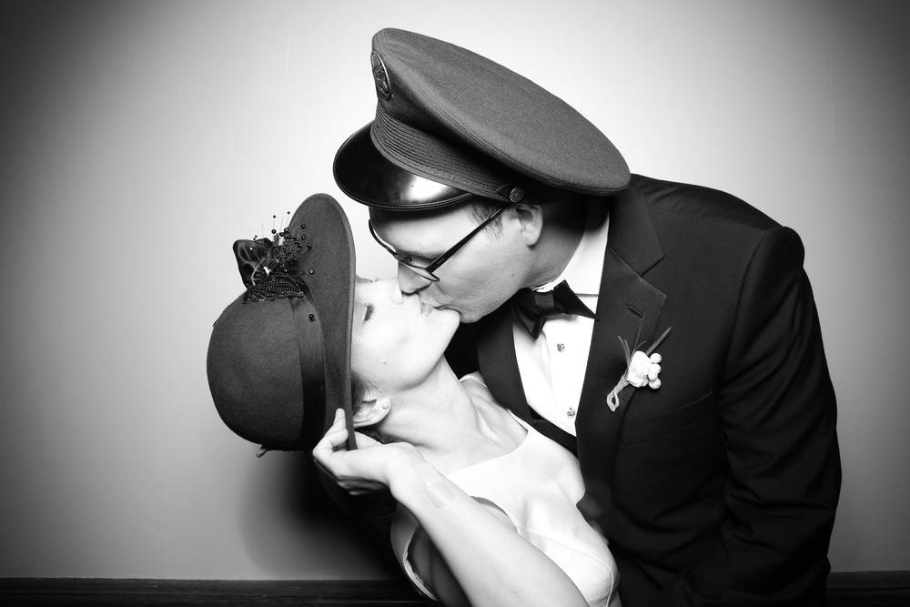 Bride and Groom share a Fotio kiss!