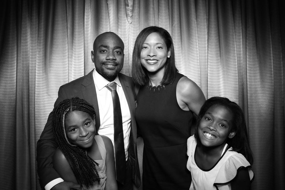 Cute family poses for Fotio!