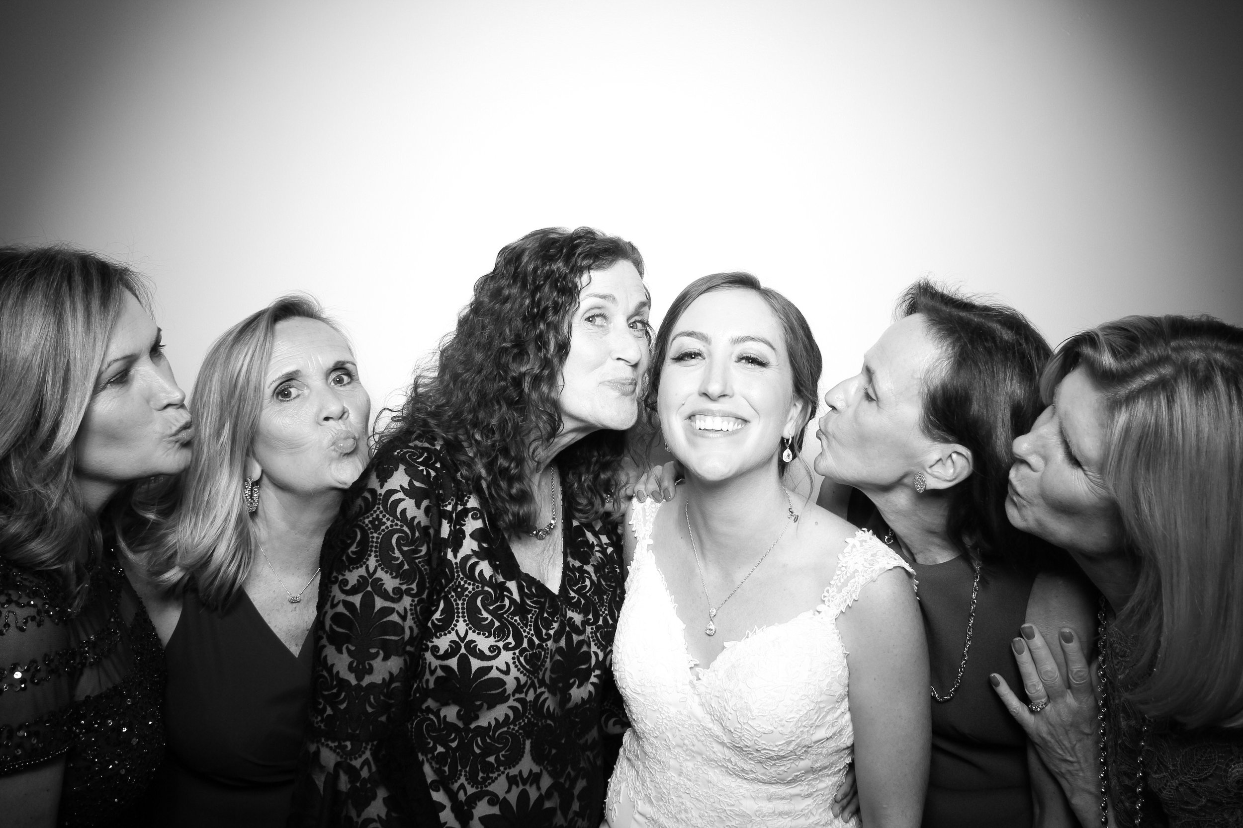 Chicago_Vintage_Wedding_Photobooth_Ravenswood_17.jpg