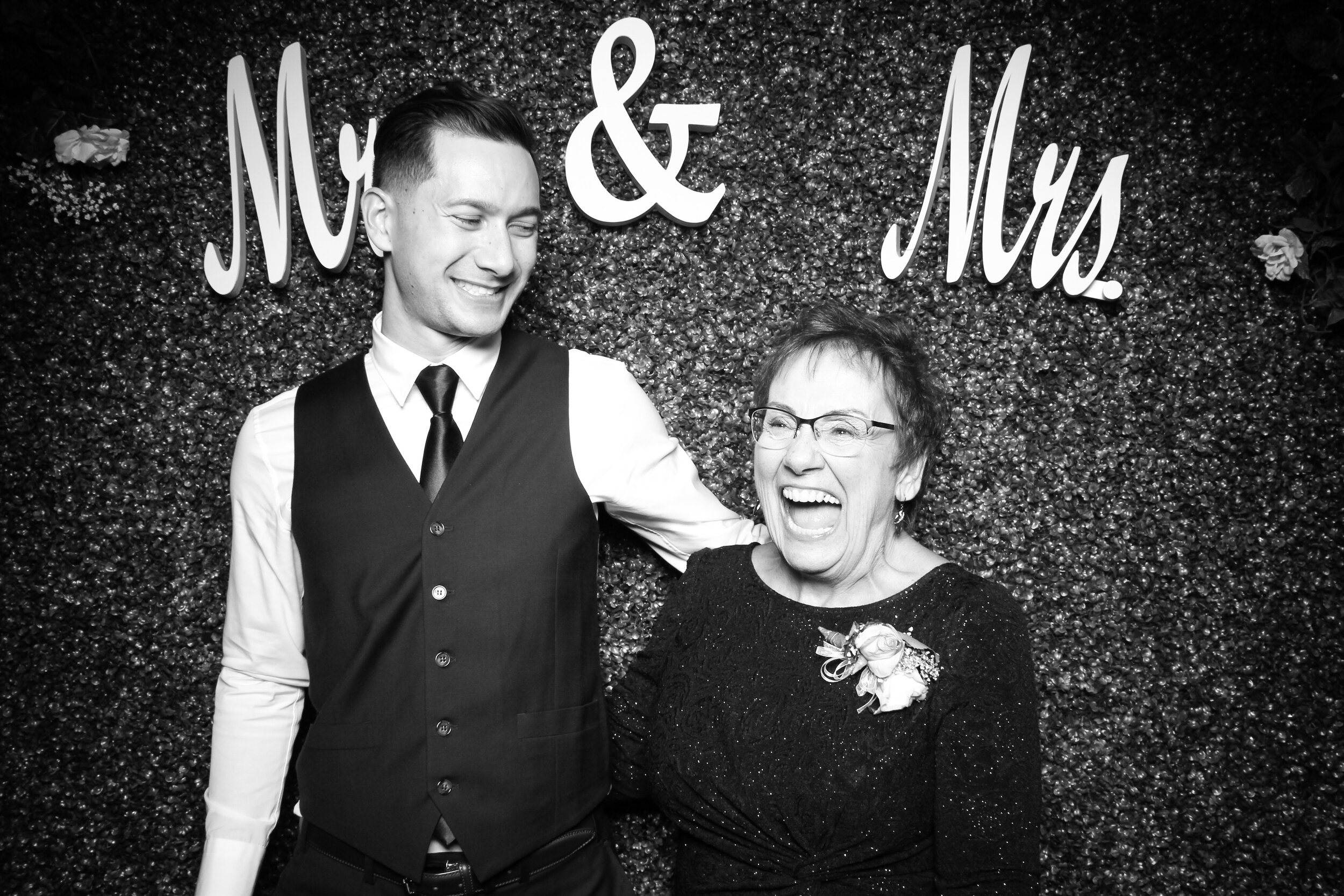Green_Hedge_Ivy_Wall_Backdrop_Photo_Booth_Rental_Chicago_24.jpg