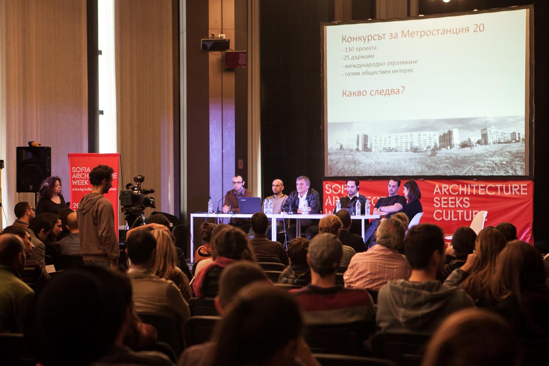 Главният архитект с назидателен тон обяснява на 400 колеги защо не може да се реализира проекта.