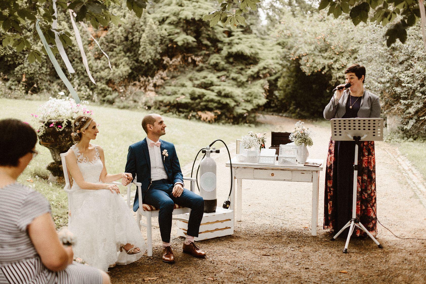 Lisa & Tim - Du hast die Trauung - das Herzstück jeder Hochzeit - zu etwas ganz Besonderem gemacht. Du hast eine unnachahmliche Gabe(Liebes-)Geschichten zu erzählen und dabei genau die Dinge herauszustellen, die die Liebe zweier Menschen zu etwas Einzigartigem macht. Dafür sind wir dir unendlich dankbar, denn wir hätten uns niemand Besseren für diesen wichtigen Teil unserer Hochzeit wünschen können. Und all unsere Gäste schwärmen noch heute von dir als Mensch mit deiner herzlichen Art und wie du damit die Trauung gestaltet hast und unsere Liebe füreinander gezeigt hast. Im Alltag sagt man sich ja oft nicht was genau man an dem Anderen liebt und wofür man dankbar ist. Die Gespräche mit dir waren wie Zauberpapier, du hast sichtbar gemacht was wir in unserem Inneren fühlen und was wir selbst so vielleicht nie gesehen haben, weil es zwar da war, aber eben unsichtbar -besonders dafür möchten wir dir von Herzen danken!