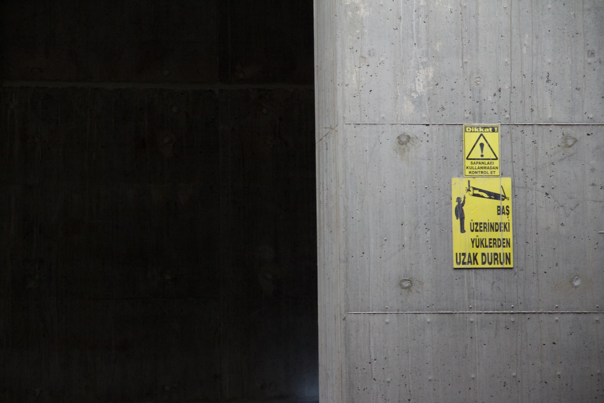 """""""Ne vous placez pas sous les objets lourds"""", Construction de la ligne de métro Marmaray. Photo : Erinç Salor"""