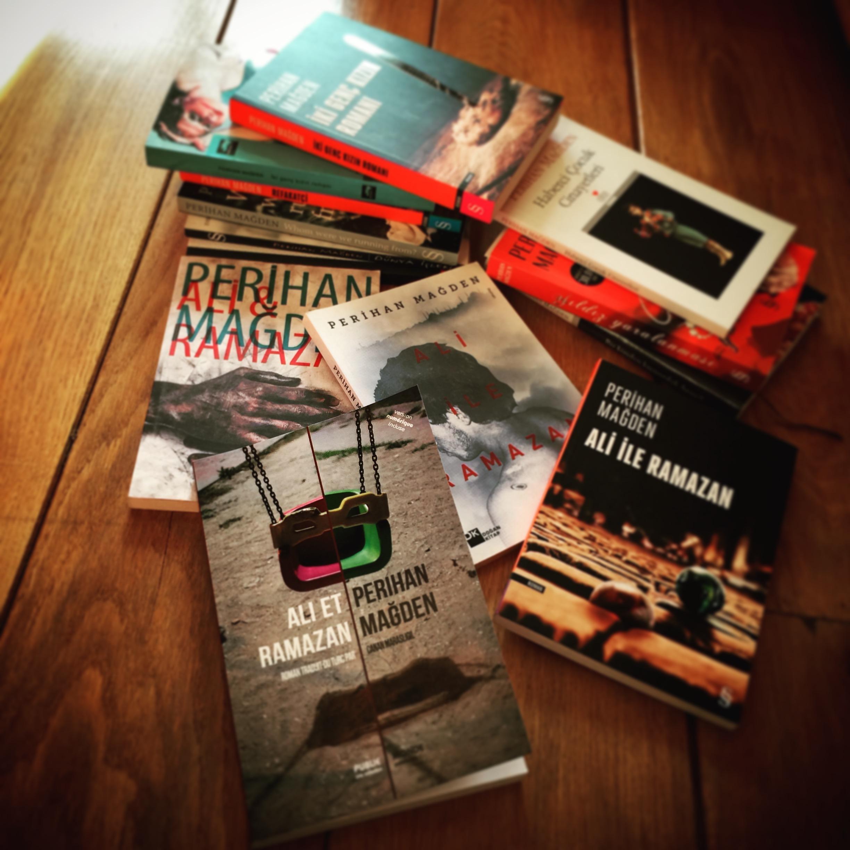 Les romans de Perihan Mağden et les différentes couvertures de Ali et Ramazan (version française, photo de Annakarin Quinto, paru chez Publie.Net)