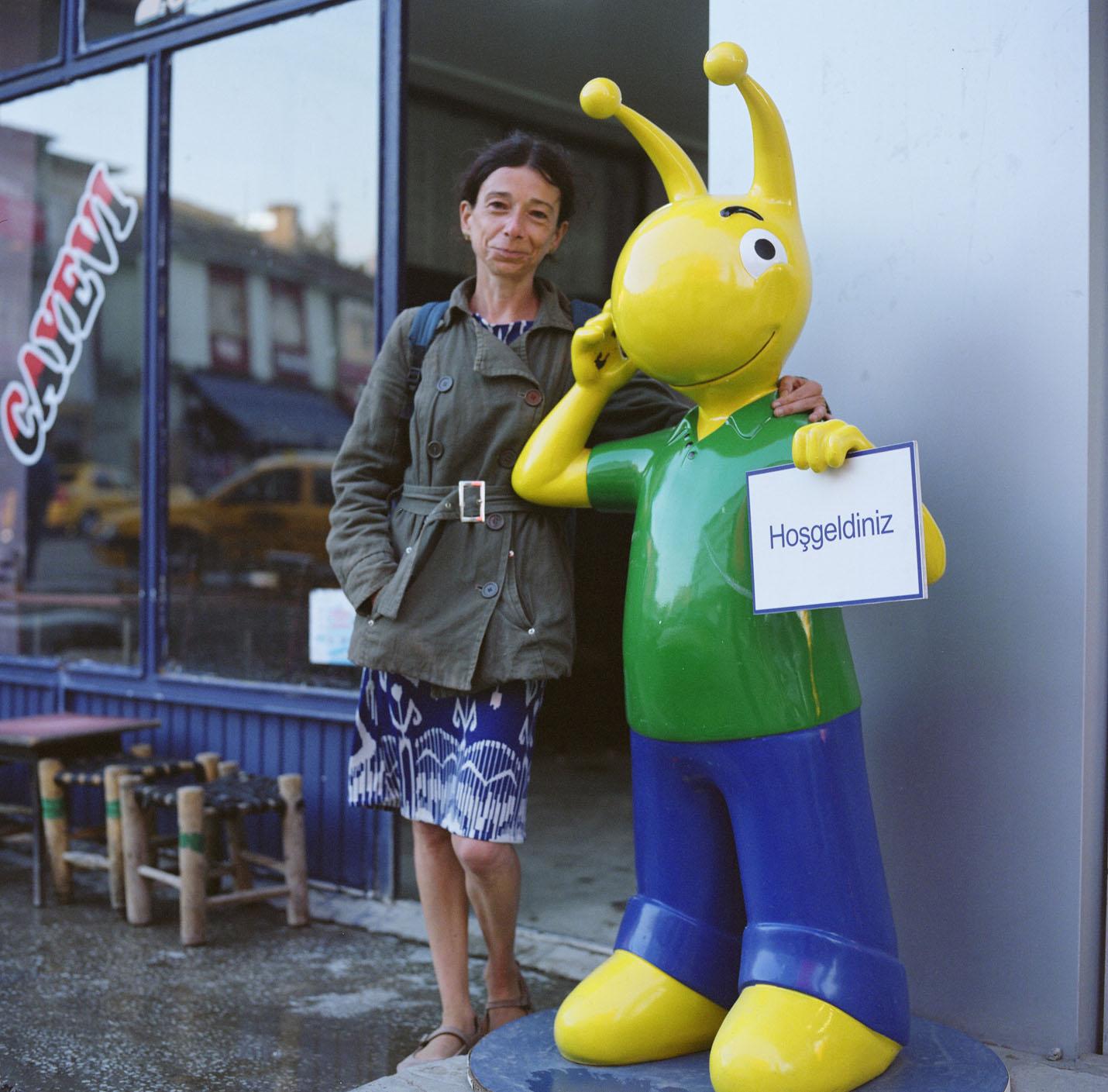 Claire Simondin avec la mascotte de Türkcell.