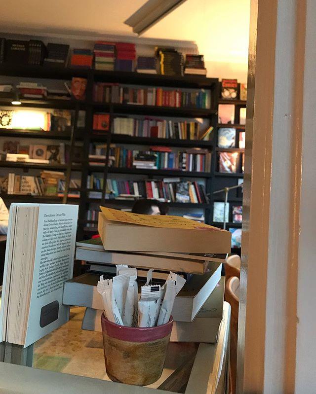 Un lieu a ne pas rater si vous êtes à Istanbul : @yenikoykitapcisi, une librairie-café avec une atmosphère chaleureuse, du bon café, des romans, de la poésie, de la BD, en compagnie des adorables chiens de rue, tout cela avec  une belle vue sur le Bosphore et accueillis avec le sourire. On s'y sent bien. 🧡