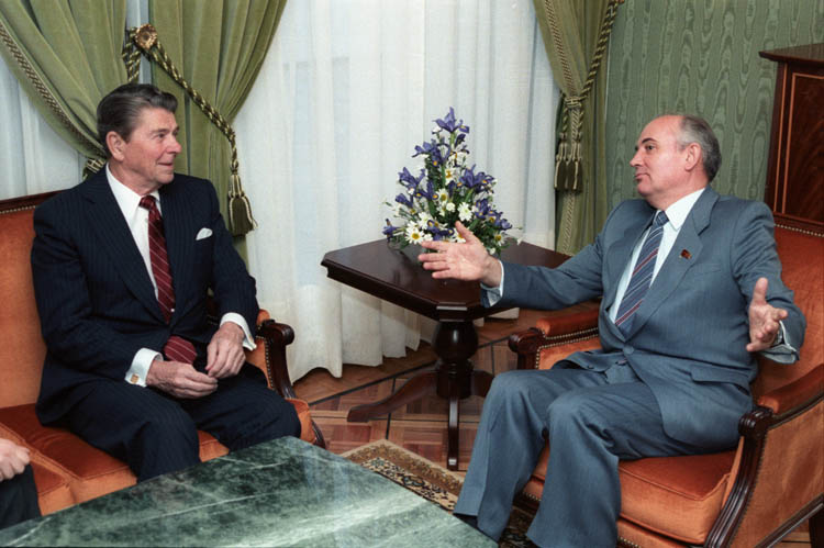 2.1 Gorbachev_and_Reagan_1985.jpg