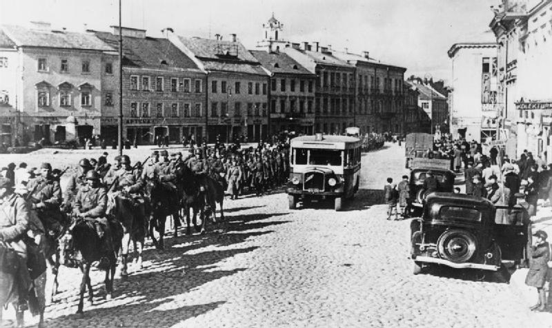 Russian cavalry and infantry entering the Polish city of Wilno (Vilnius) after joint German-Russian aggression against Poland. Public domain image available  here