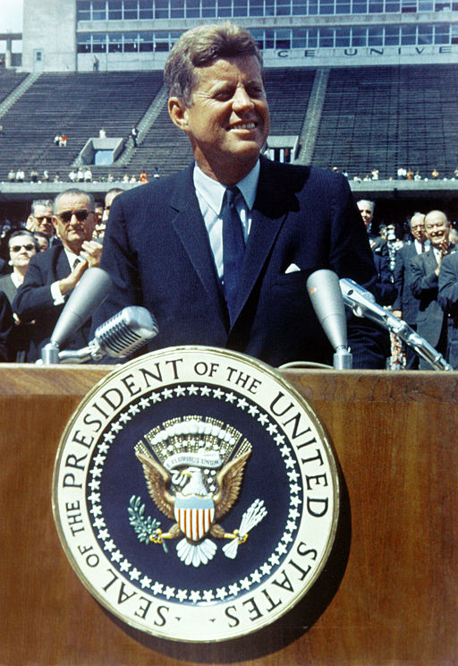 2. 512px-John_F._Kennedy_speaks_at_Rice_University.jpg