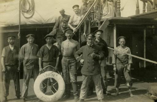 Crew of  Kronprinz Wilhelm  with souvenir from prize